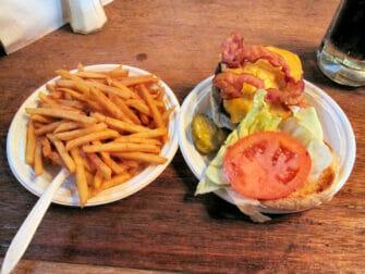 Beste hamburgere i New York - Corner Bistro hamburger og fries