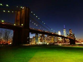 Parker i New York - Brooklyn Bridge om natten