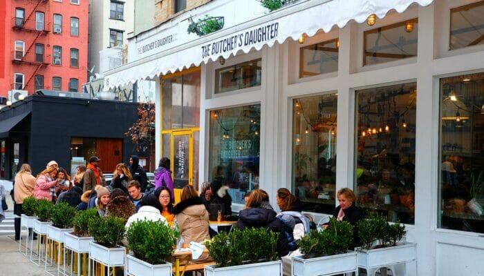 Vegetariske restauranter i New York - The Butcher's Daughter terrasse