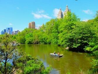 Leie robåt i Central Park - Par som ror