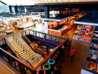 Lower East Side i New York Inside Essex Market