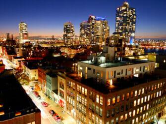 Williamsburg i Brooklyn - på en rooftop-bar på kvelden