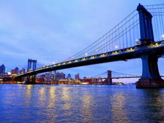 Manhattan Bridge i New York på kvelden
