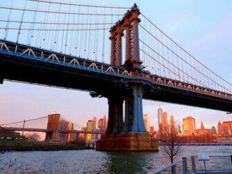 Manhattan Bridge i New York - Solnedgang