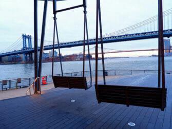 Manhattan Bridge i New York - utsikt