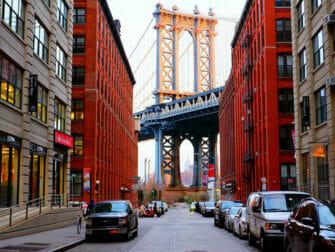 Manhattan Bridge i New York med Empire State Building