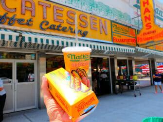 Denos Wonder Wheel Amusement Park på Coney Island - Nathans's kjente pølser